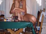femme mature pose sur sa table à manger