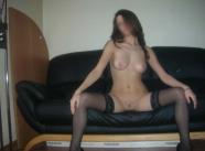 fille brune coquine écarte les jambes