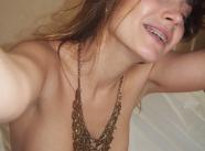 Brunette sexy aux seins ronds