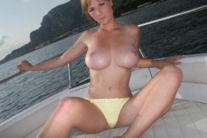 Grosse paire de seins à bord d'un bateau