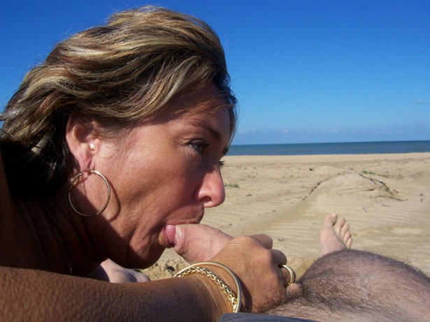 couple naturiste : fellation à la plage