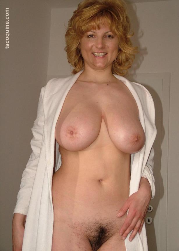 Cougar mature : grosse paire de seins et chatte poilue