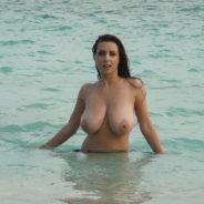 Belle paire de seins dans l'eau - Sexe Plage