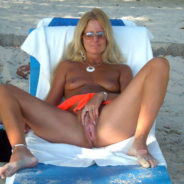 Femme mûre blonde exhibe sa chatte - Sexe Plage